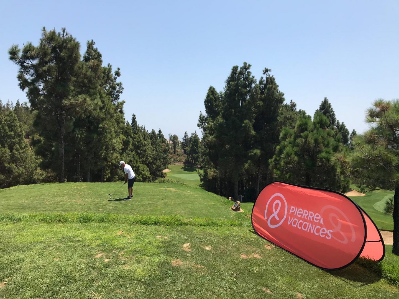 Hombre jugando golf | logo de Pierre et Vacances