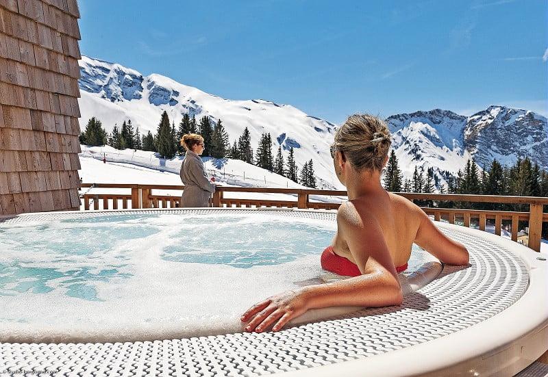Mujer en un jacuzzi en un hotel de esquí