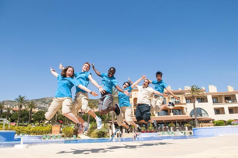 Grupo de animadores saltando
